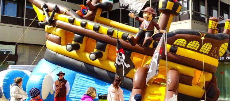 Piratenschiff Feuerdrache ist eine aufblasbare Riesen-Attraktion für junge Seeräuber zum Klettern und Entdecken, mit simuliertem Wellengang.