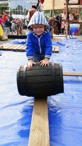 piratenfest_parcour_fassrollen_junge