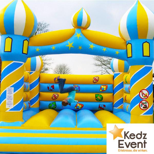 Auf der Hüpfburg Aladin springen die Kinder in die Märchen von 1001 Nacht.