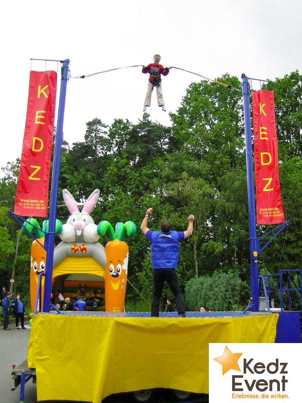 Auf dem Bungee Trampolin springen Erwachsene und Kinder bis zu 8 m hoch in die Luft.