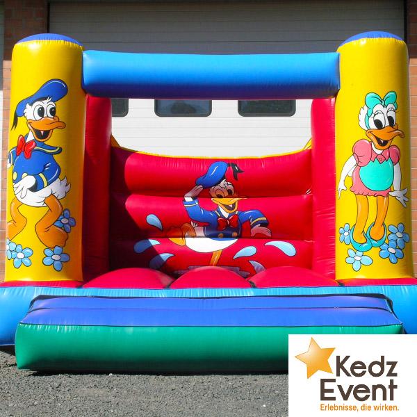 Auf der Hüpfburg Donald springen die Kinder mit der beliebte Trickfigur um die Wette.