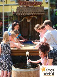 An der nostalgischen Goldwasch - Anlage werden von Kindern und Erwachsenen mithilfe von Waschpfannen Gold-Nuggets und andere Schätze im Wasser gesucht.