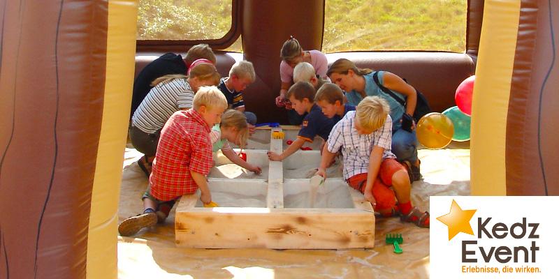 In der Schatzmine Goldrush City bergen Erwachsene und Kinder tolle Schätze und Nuggets aus dem Sand.