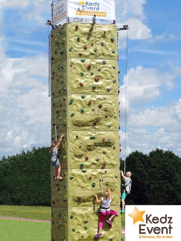 Kinder und Erwachsene erklimmen auf drei unabhängigen Bahnen den 10 m hohen Kletterturm...