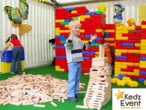 in der kreativen und kunterbunten Spielecke leben Kinder ihre Fantasien aus, bauen mit Holz-oder XXL-Bausteinen große Türme, fahren Pedalo, spielen Vier-gewinnt und vieles mehr.