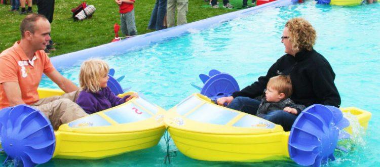 Von den Power Paddler Booten sind Kinder und Erwachsene begeistert. Mit den handbetriebenen Schaufelrädern nimmt man richtig Fahrt auf und startet eine lustige Paddeltour in den unsinkbaren Schiffen.