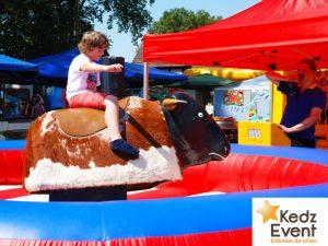 Beim Rodeo oder auch Bullen Reiten zeigen Erwachsene und Kinder ihre Sattelfestigkeit. Dank der stufenlosen Einstellung von Geschwindigkeit und Schwierigkeitsgrad ist das Modul für alle Alterstufen geeignet.