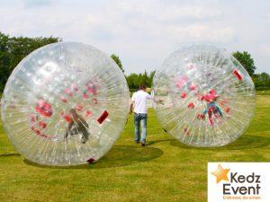 Der Rollerball oder auch Zorbball ist eine aufblasbare, doppelwandige Kugel. Kinder und Erwachsene können nach dem Hineinklettern in das Innere den Ball durch Krabbeln oder Laufen in Bewegung setzen und spannende Wettrennen starten.