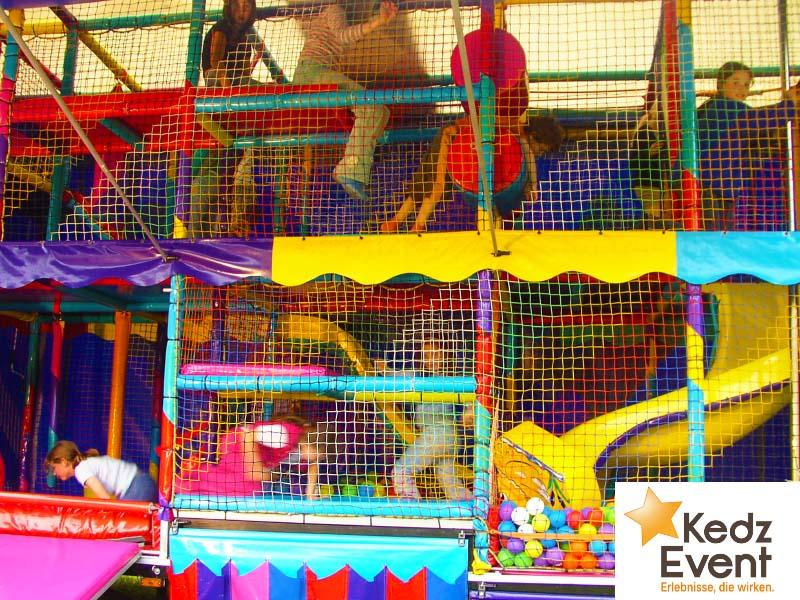 Das kunterbunte Spielmobil ist ein wetterfestes Spielparadies für Kinder zum Rutschen, Toben und Entdecken. Ein Bälle-Bad und viele andere Überraschungen warten auf die Kids.