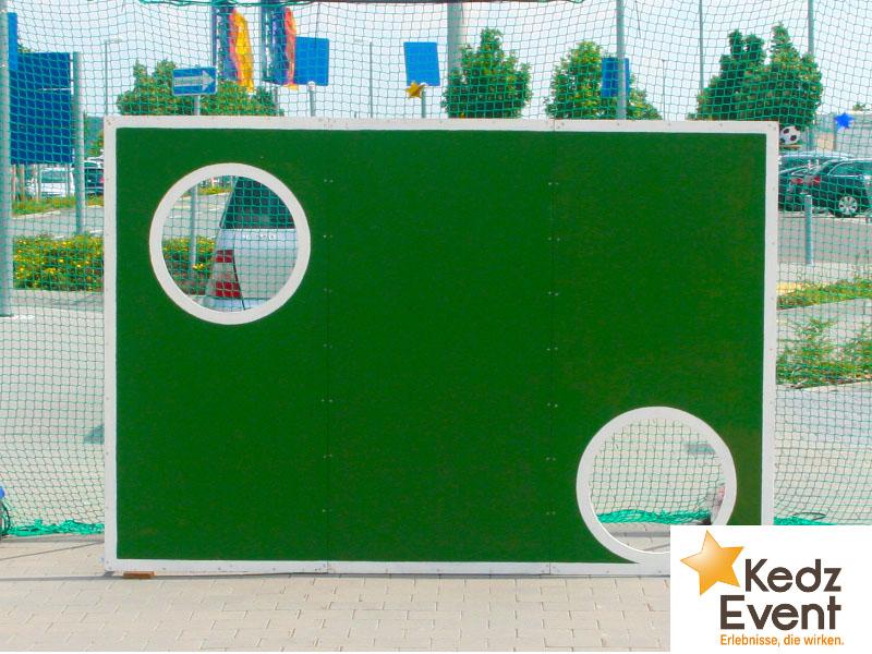 Bei der klassischen Torwand in ZDF-Sportstudio-Optik versuchen Kinder und Erwachsene den Ball mit Taktik und Gefühl in einem der zwei Torlöcher zu versenken. Fußball-Zielschießen für Torfieber.