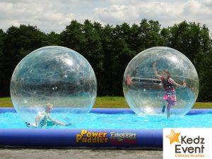 Im luftgefülltem Wasserball können Kinder über Wasser laufen und toben ohne nass zu werden.